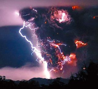 Chilean-Volcano-eruption-with-lighting